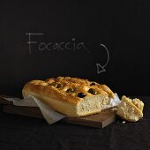 Focaccia mit Oliven und Rosmarin
