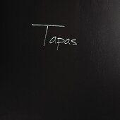 Schriftzug Tapas auf schwarzem Hintergrund