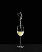 Weissweinglas mit Splash