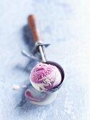Eine Kugel Heidelbeereis im Eisportionierer