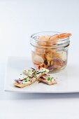 Meeresfrüchte in Vanillesud und Schnittlauchblütensticks