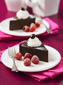 Zwei Stücke Schokoladen-Espresso-Torte mit Himbeeren und Sahne