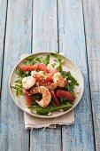 A rocket salad with prawns and pink grapefruit