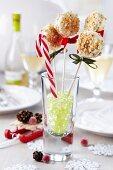 Weihnachtliche Cake Pops mit weisser Kuvertüre und Nusskrokant