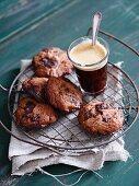 Schokoladenkekse und Kaffee im Glas