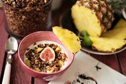 Müsli mit Feigen, Ananas und Nüssen