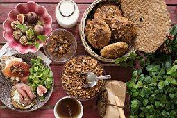 Energiekugeln, selbstgemachtes Müsli, Knäckebrot, Roggenbrötchen und Feigen-Dattel-Topping zum Frühstück
