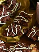 Ginger and chocolate crispy cakes (close-up)
