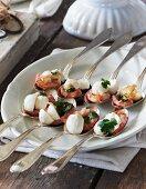 Mini mozzarella with shrimps and coriander