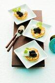 Gebackene Blumenkohl-Blinis mit Kaviar und Creme fraiche