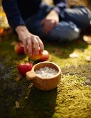 Apple soup with ginger and nutmeg for an autumnal picnic