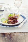 Filettürmchen mit Rote Bete, Zwiebel und Avocado; dazu ein Senfdressing