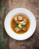 Zwiebel-Safran-Suppe mit Brotwürfeln und saurer Sahne