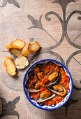 Mussels in a tangy sauce served with garlic bread