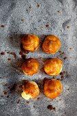 Caramelised brioches with vanilla cream