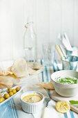 Tzatziki, Hummus, Fladenbrot und frische Oliven