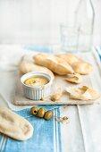 Hummus mit Fladenbrot und Olivenspiesschen