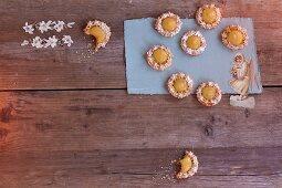 Mini macaroon tartlets with lemon curd