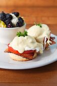 English muffins with poached eggs, tomatoes, bacon and Hollandaise sauce