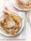 Fisch mit Zucchini, Kichererbsen und Tomaten im Pergamentpapier