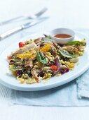Salat mit mediterran gewürztem Hähnchen, Ofengemüse, Oliven und Bohnen