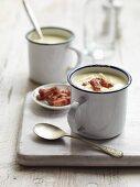 Herzhafte Kartoffel-Käse-Suppe mit knusprigem Speck