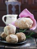 Weizenbrötchen und Brot