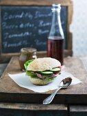 Sandwich mit Salat, Schinken, Gurke und Pesto