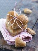 Herzförmige Roggenbrote zum Verschenken