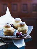 Muffins mit Trauben und Puderzucker