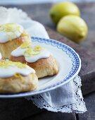 Hefebrötchen mit Zuckerguss und Zitronenzesten
