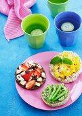 Runde Brötchenhälfte, Knäckbrot und Reiswaffel mit gesundem Belag