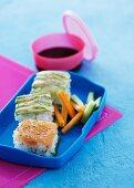 Reishäppchen mit Lachs und Avocado in Lunchbox