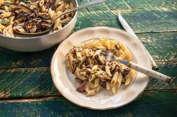 Penne con melanzane e menta (pasta with grilled aubergines and peppermint, Italy)