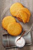 Sables auf Kuchengitter, daneben Zuckerschale