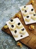 Ziegenfrischkäsetoast mit Oliven