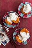 Würzige gegrillte Pfirsiche mit Sahne