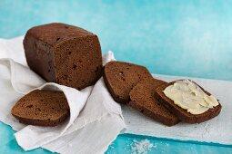 Isländisches Rugbraud (Roggenbrot) mit gesalzener Butter