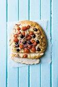 Fladenbrot mit Oliven und Tomaten