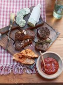 Pepper steaks, rump steaks and turkey steaks with herb butter (USA)