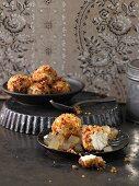 Ziegenka?sekugeln mit Honigkuchen und Cranberries auf zarten Apfelgeleewu?rfeln