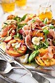 Salat mit Prosciutto, gegrillten Nektarinen und Bocconcini