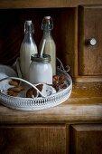Vegane Haselnuss-, Mandel- & Kokosmilch auf Vintage-Tablett
