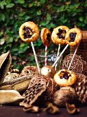 Spicy shortcrust lollies with cheese and cranberry hearts
