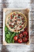 Tomatentarte mit Spinat und Feta in einer Steige (Draufsicht)