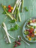 Frischer Gemüsesalat und Rohkost