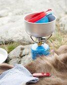 Utensilien fürs Camping auf Felsboden im Freien