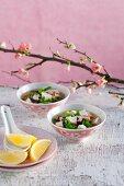 Misosuppe mit Erbsenschoten, Tofu und Shiitakepilzen