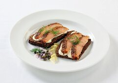 Salmon with a pepper crust on slices of wholemeal bread