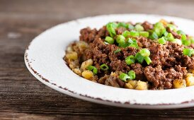 Seared minced meat with potatoes and spring onions